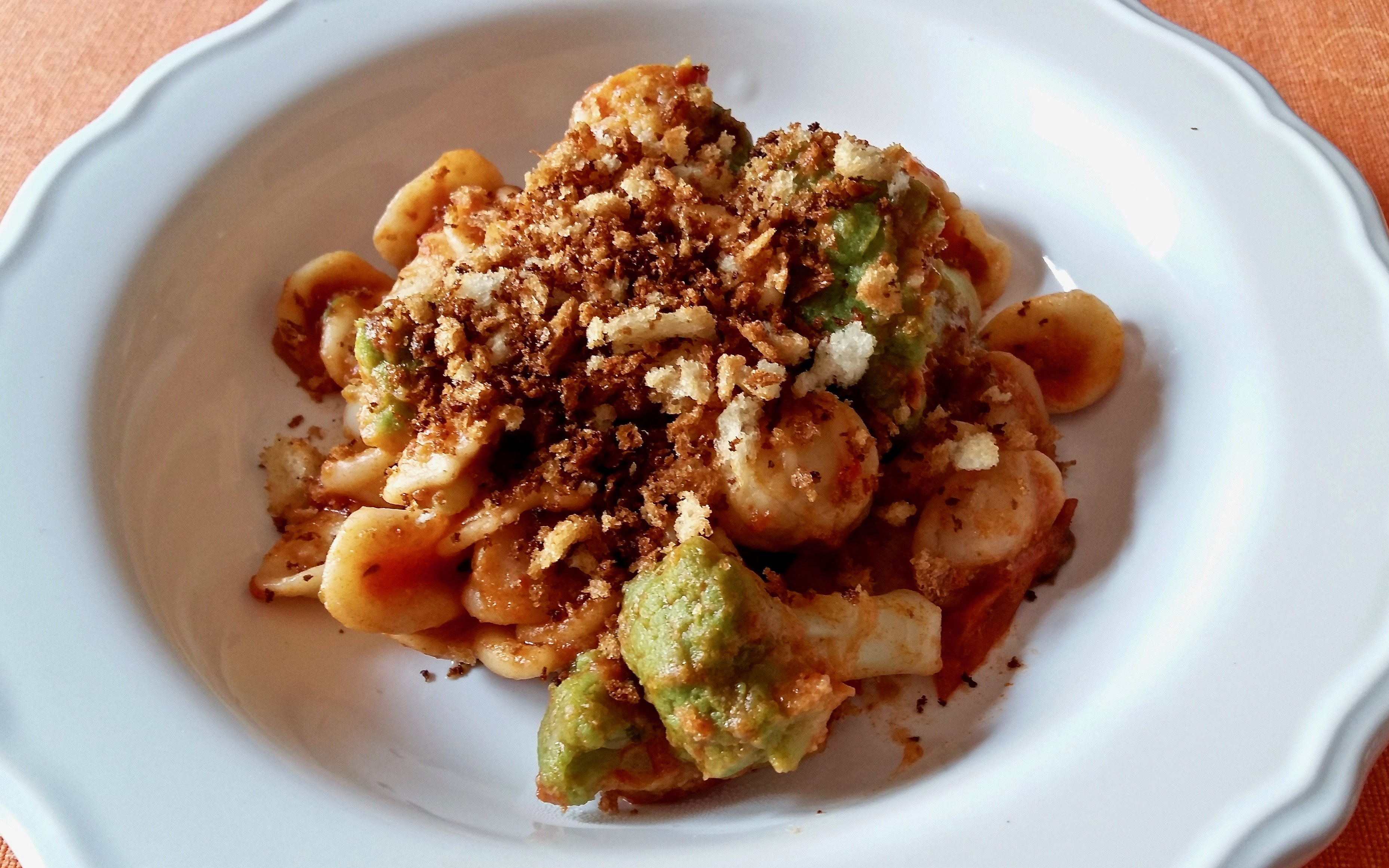 Piatto tipico pugliese: orecchiette e cavoli con mollica fritta
